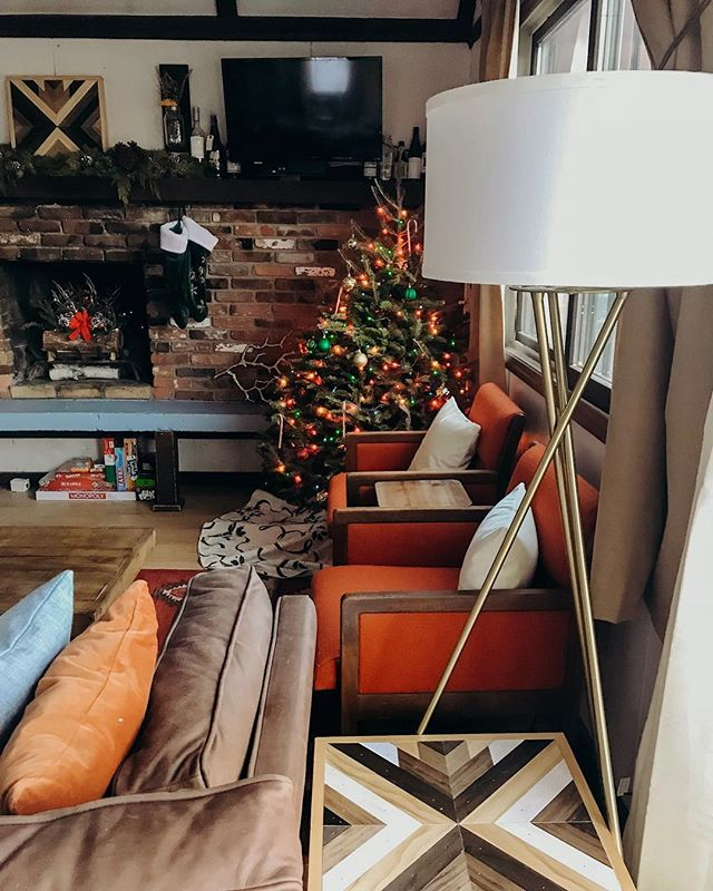 Thinking back to Christmas at Vienna Lodge ❤️ No place we'd rather cozy up in as it snows outside! . . . #viennalodge #airbnbnh #visitnh #nhcabin #whitemountains