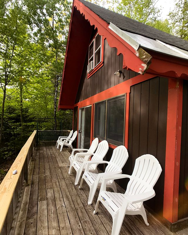 Just put out 6 new Adirondack chairs for summer hangs on the porch! Swipe to see the mountain view from the chairs! 🌲🏔🌲 . Ps. Only 3 full weekend dates (and two half weekend dates) left until September! Summer is booking up super quickly, so make sure you book your trip ASAP! Link in bio ☀️ . . . #viennalodge #mountainview #airbnbnh #visitnh #northconwayrental #northconwaynh #northconway #bestairbnb