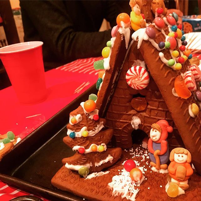Making gingerbread houses with the Claycomb lab #collaboration #reinkelab