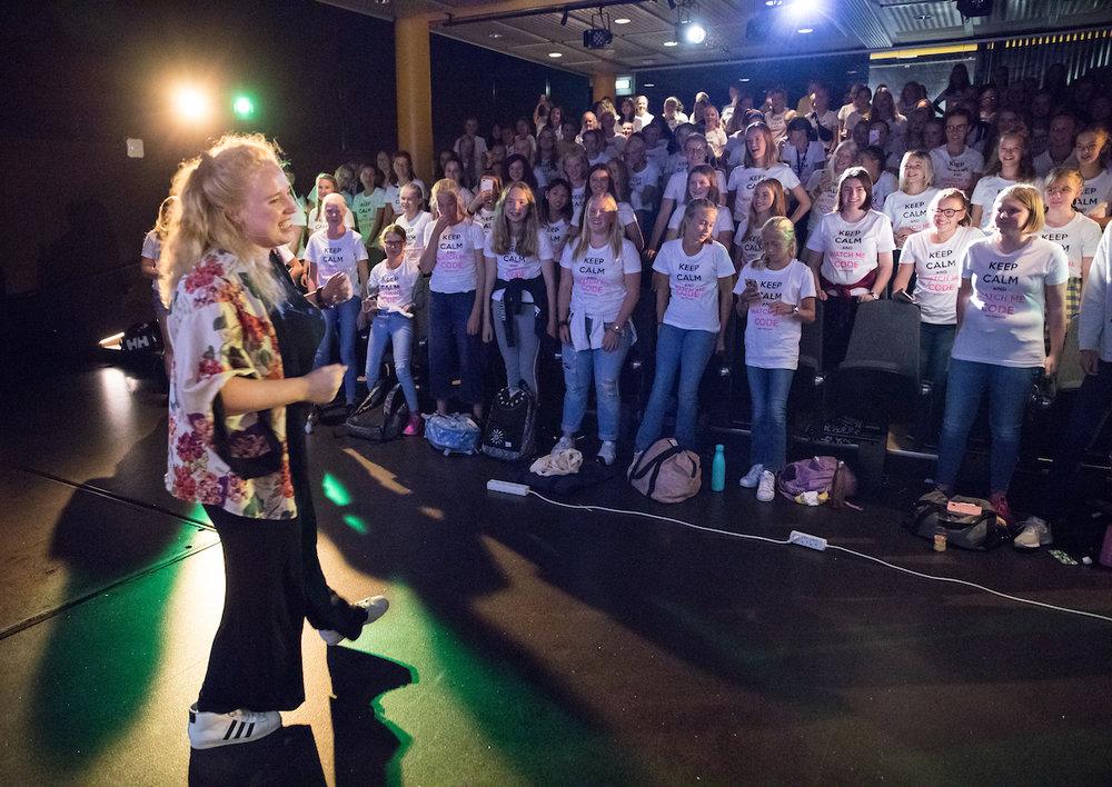 Synne Uddmo Ask holdt foredrag i fjor om det å være seg selv og vite at det er bra nok i massevis! Hun fikk jentene med på dans og sprell!