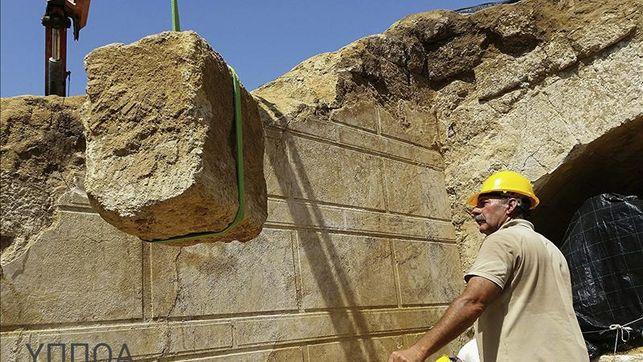 Arqueologos-descubren-esfinge-Anfipolis-Grecia_EDIIMA20141022_0292_4.jpg