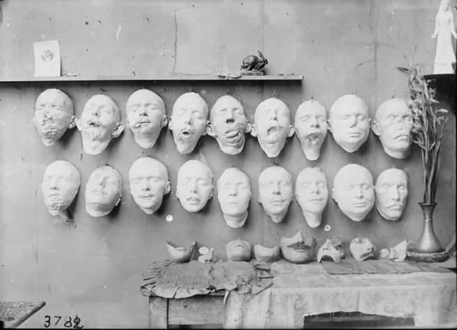 los-moldes-muestran-el-proceso-de-trabajo-de-ladd-sobre-la-mesa-estan-las-mascaras-terminadas-library-of-congress.jpg
