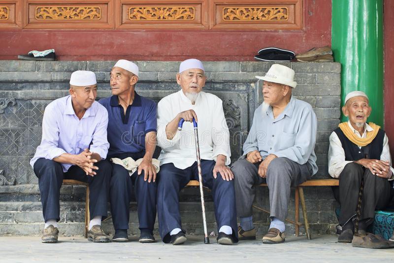hombres-musulmanes-de-la-minoría-de-hui-en-un-banco-yinchuan-china-91487545.jpg