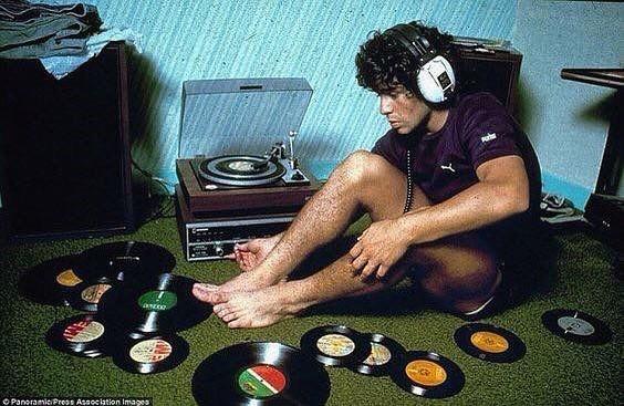 Diego Maradona escuchando música en la década de los 80's.