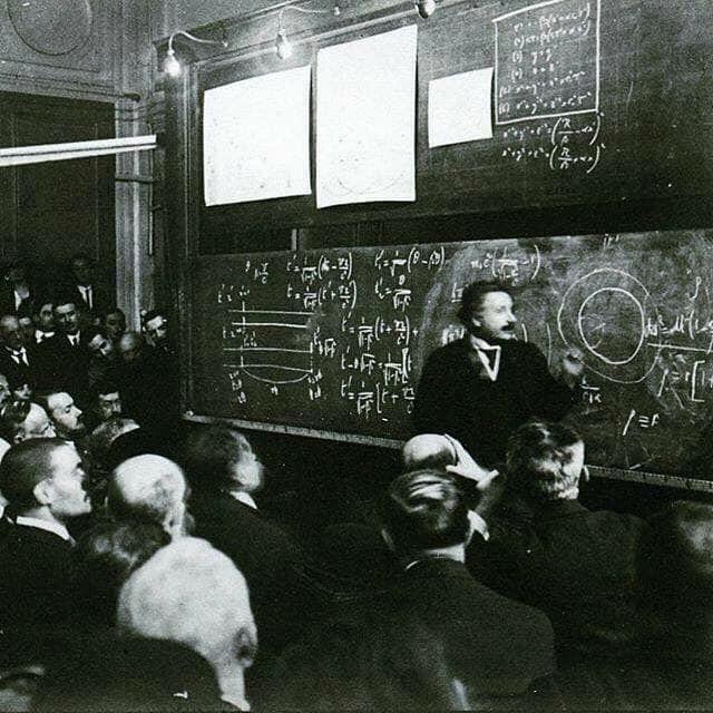 Albert Einstein dando lecciones sobre la teoría de la relatividad, 1922.