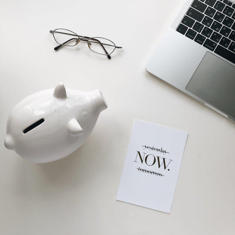 finance-workplace-desktop-desktop-items-flat-lay-items-lay-flat-desktop-background-flat-lying-objects_t20_oob7G4.jpg