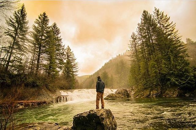 An oldie but goodie shot by @casetanaka, who also happens to be graduating! 🎓 . . . #voyageuw #adventure #explore #gooutstayout #pnw #hiking #happygraduation