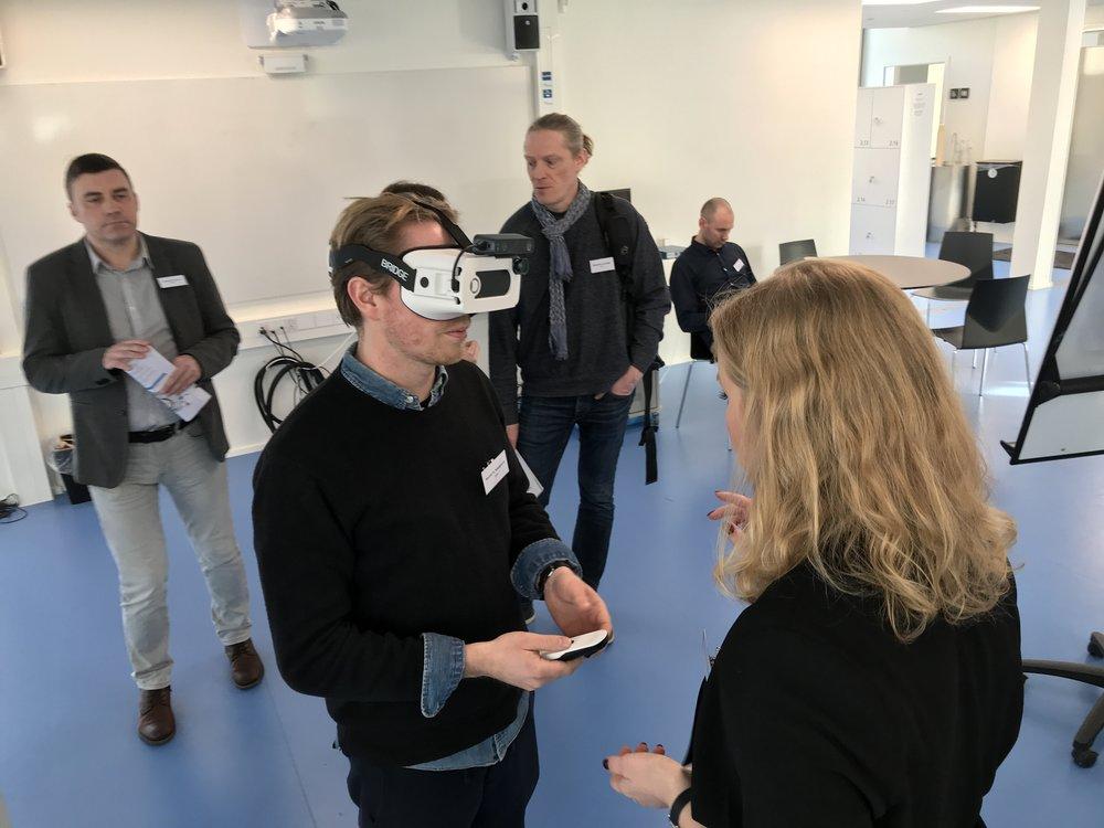 En mand afprøver Ballast AR, den digitale synssimulator under vejledning fra Michala, mens andre observerer i baggrunden