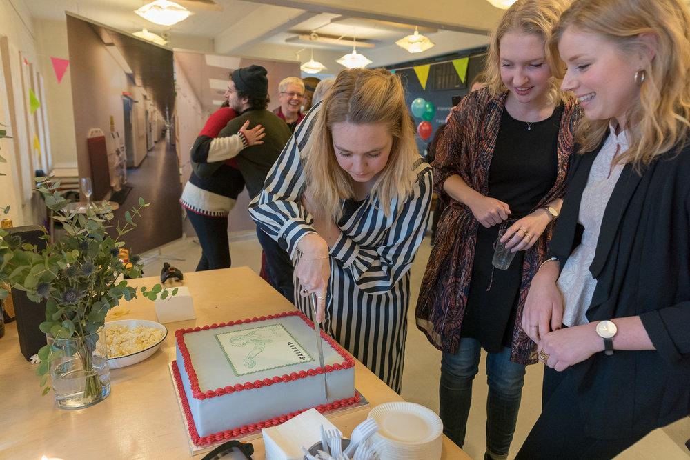 Christine, Helle og Michala udskærer Kagen