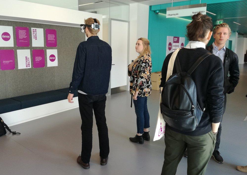 En konference deltager afprøver Ballast AR med vejledning fra Christine Svensson.