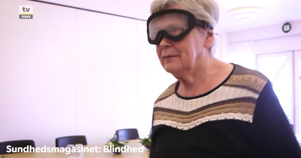 En deltager på nyblindekurset prøver Perspectacles