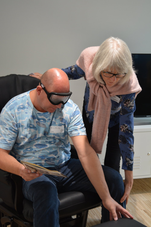To personer prøver at løse opgaver med Perspectacles simulationsbriller på
