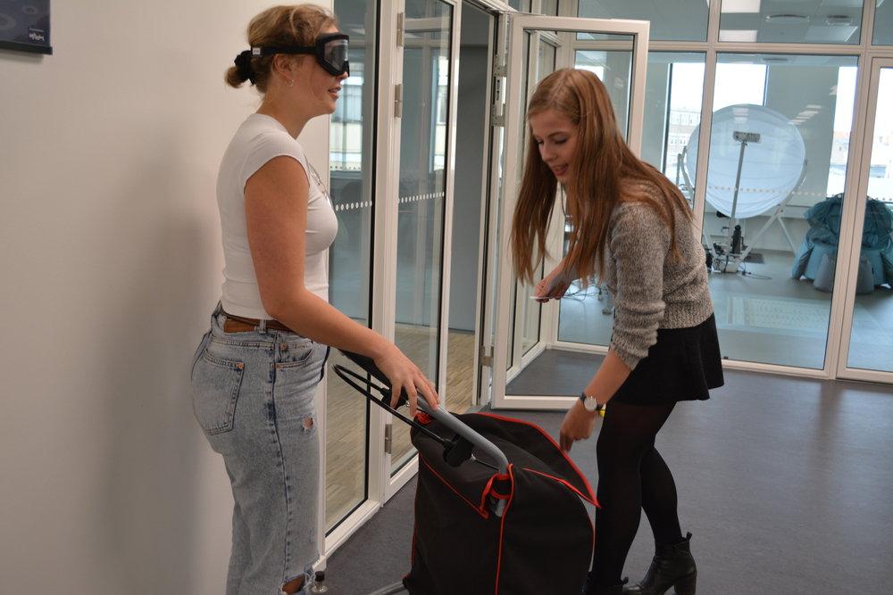 To studerende prøver at køre med rolator med Perspectacles simulationsbriller på