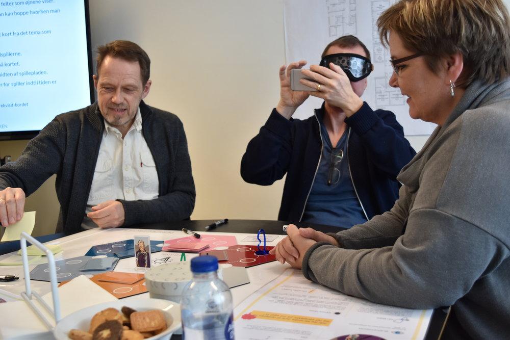 Tre medarbejdere fra Københavns Kommunes Afdeling for bolig og modernisering afprøver den første prototype af spillet på en workshop afholdt af Ballast