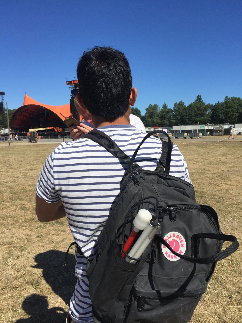 Jens set bagfra, kigger mod orange scene
