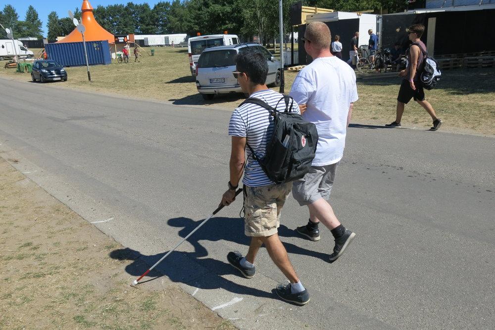 Jens og Lasse går på en asfalteret vej