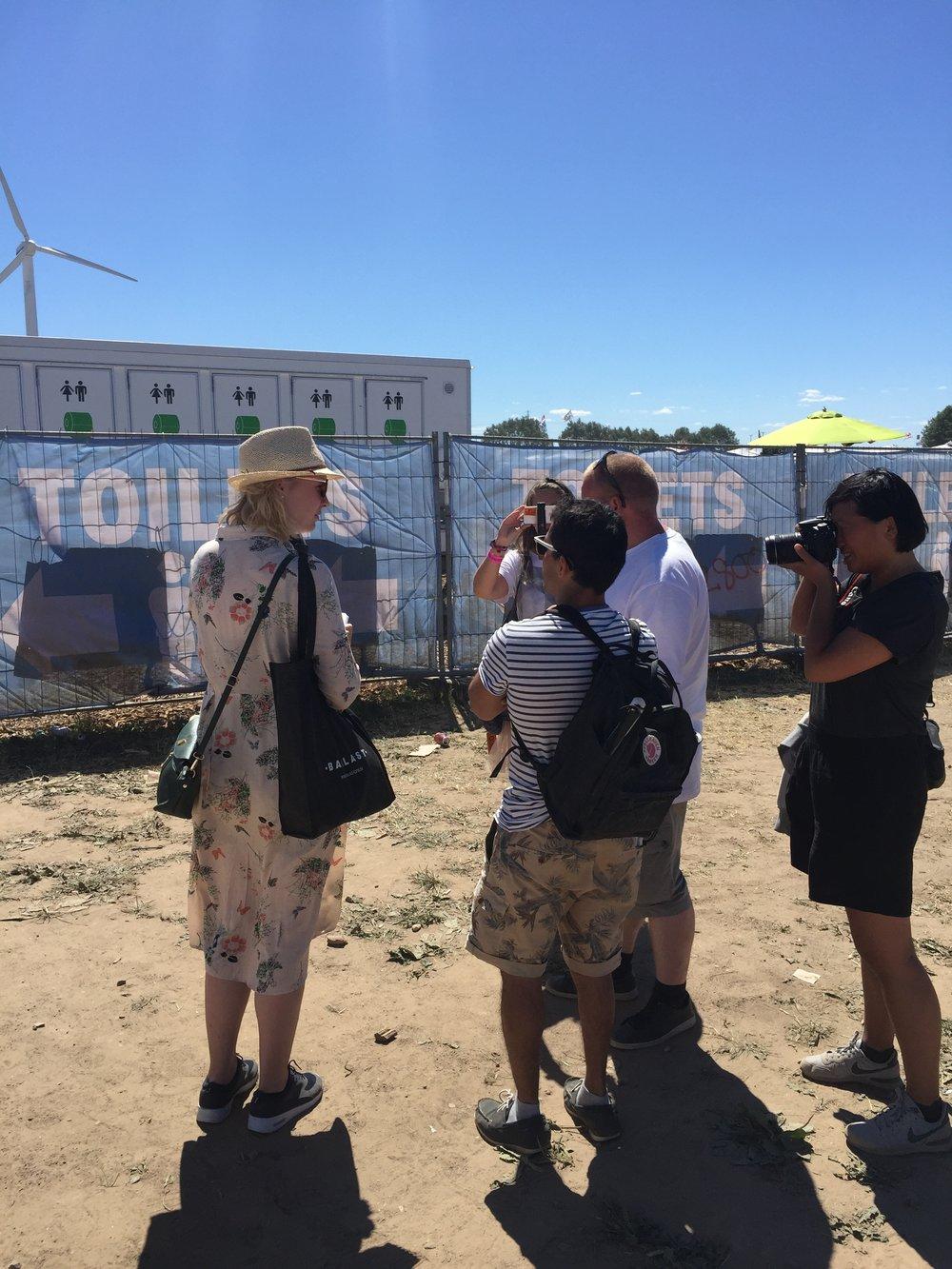Helle, Jens og Lasse diskuterer toiletskiltning på festivalen