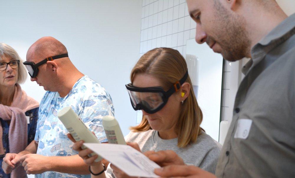 På billedet ses sundhedsstuderende, som prøver at have forskellige synsdiagnoser ved hjælp af Perspectacles simulationsbriller.
