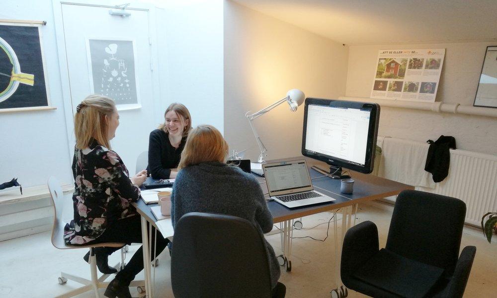 Christine, Louise og Michala projektplanlægger, rundt om et bord