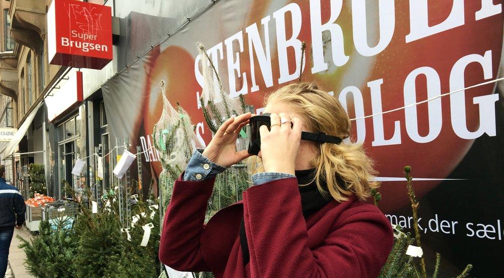 Simulationsbrillerne Perspectacles gør det muligt at opleve, hvordan verden ser ud, hvis man har en synsnedsættelse. Her på vej ind i SuperBrugsen.