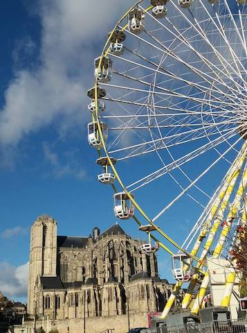 The cathedral + Wonder Wheel in Le Mans | Photo courtesy of Greta Pieropan @greta.pn