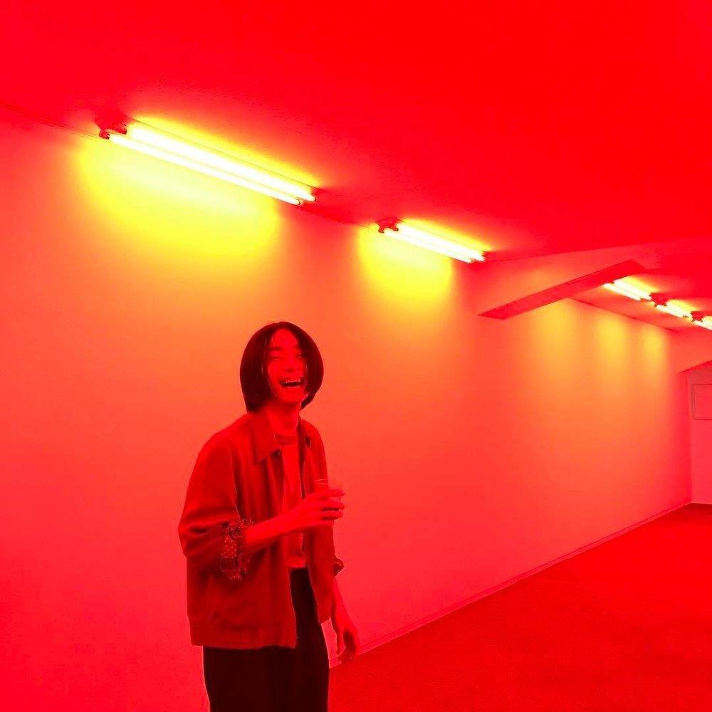 - 鮮やかに彩られた壁や照明を有した空間に、日用品や映像を配置し、宇宙的なインスタレーションを発表。自身の活動の他、映像、グラフィック、空間デザインや他分野のクリエイターとの共同制作も行う。http://takurtam.wixsite.com/tamyam