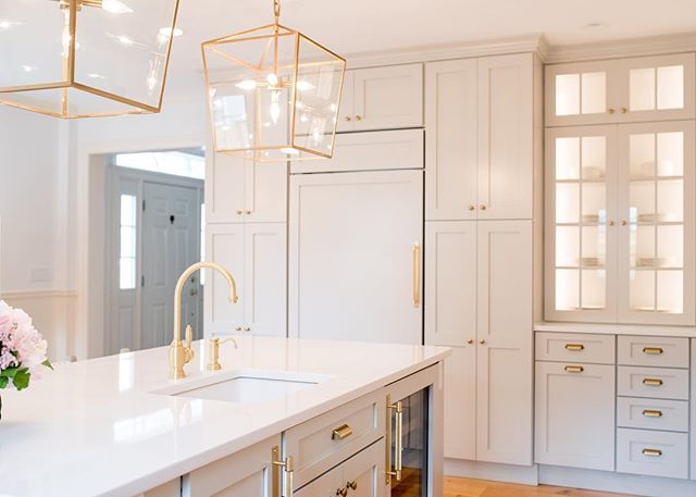 Consider a light rope in your glass cabinets!! That subtle sparkle brings your kitchen's elegance to another level. . . . . . #interiordesign 📷: @wearefreebird