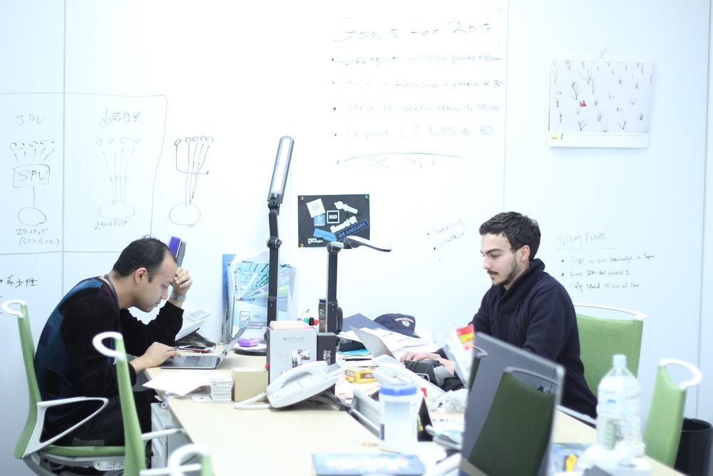 500 Startups Japan 設立者のジェームズ・ライニー氏と共同設立者の澤山陽平氏、大手町のオフィスにて。