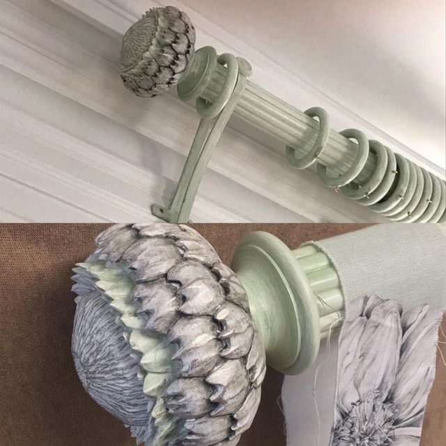 Cardoon Finial with a reeded pole, handmade brackets painted to match the clients fabric 👌😃 #mccormickweeks #bespoke #curtains #poles #curtainpoles #handmade #handpainted #unique #design #interiors #windows #homedecor
