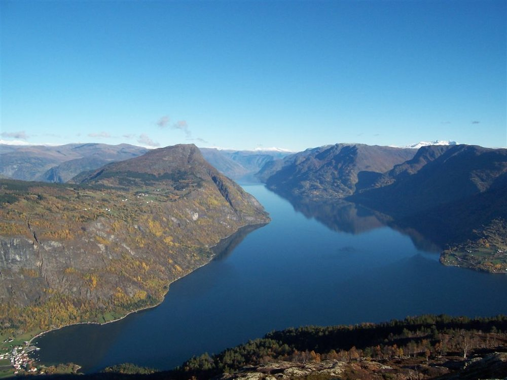 Sognefjorden.   Solvorn nede til venstre.  Molden er fjelltoppen i midten, og Ornes nede til høgre – Kopi.JPG