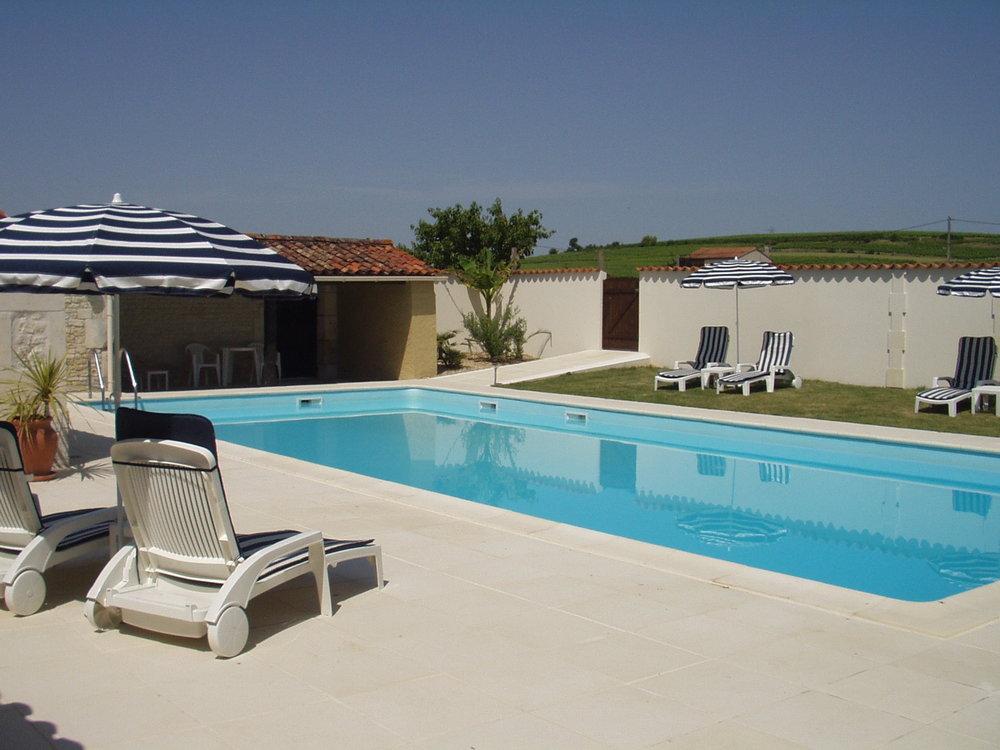 La Piscine   Détendez-vous dans notre piscine de 13 m x 6 m située dans une cour fermée et sécurisée qui agit comme un «attrape-soleil ».Il y a beaucoup de transats, coussins et parasols à disposition.