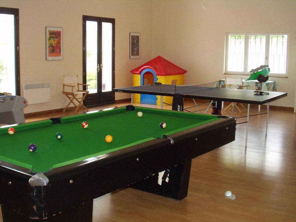 La Salle de Jeux   Table de ping-pong, billard américain, baby-foot, jeux de société, battes et balles à utiliser sur nos terrains.Nous fournissons tout pour le divertissement de la famille.