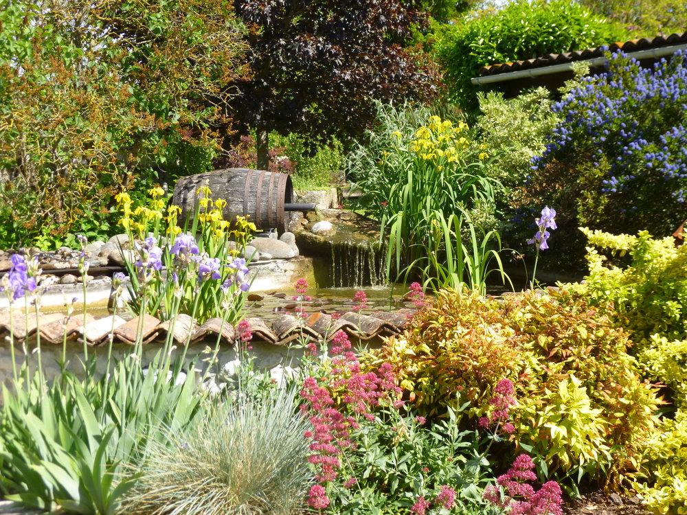 le lieu   Votre maison de vacances est située sur 1 ha de jardins fleuris et un parc arboré