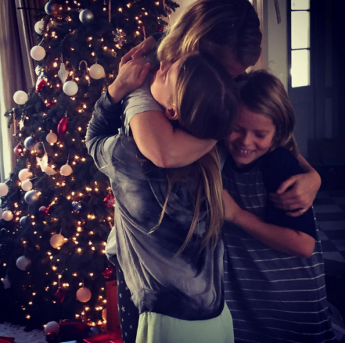 gwyneth-paltrow-christmas-hug-500x497