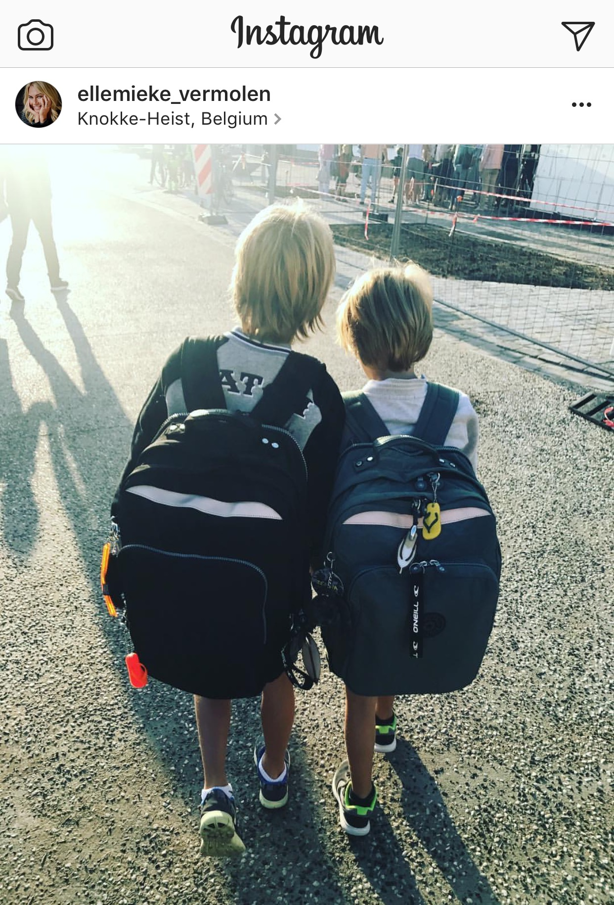 66dd141f5c3 Ellemieke Vermolen, poste deze hartverwarmende foto van haar 2 zonen  onderweg naar school. Nieuwe mooie boekentassen en klaar voor een nieuw  schooljaar!