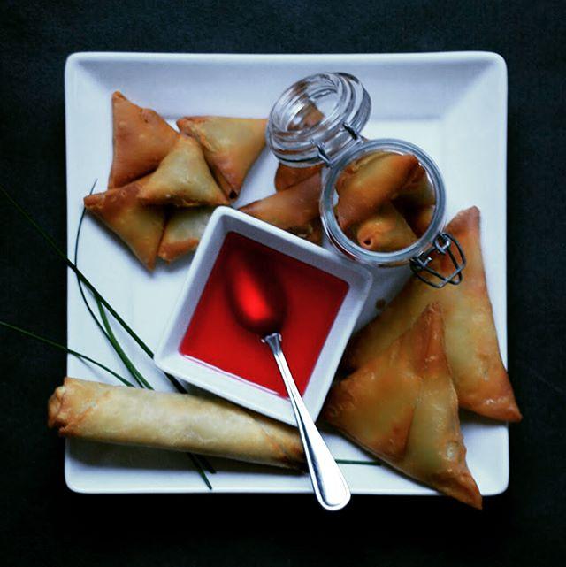 #appy time! Our #cocktail #samosas - the #besttaste in town! #crispy #pastry #perfectforappyhour #vancouverfood #vancouverisland #foodie #vegetarian #vegan #fried #bakedgoods #pastryking #pastrychef #torontofoodie #newyorkfoodie @whitespot_restaurants @gordonfoodservicebc @syscovancouver @sysco_corp @starbucks @milestonesrestaurants @brownssocialize @keheusa