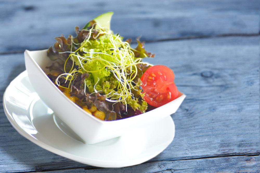 SALAT - Wir haben uns tolle Salate für jede Saison ausgedacht – und alle kommen mit verschiedenen Dressings nach Lust und Laune daher
