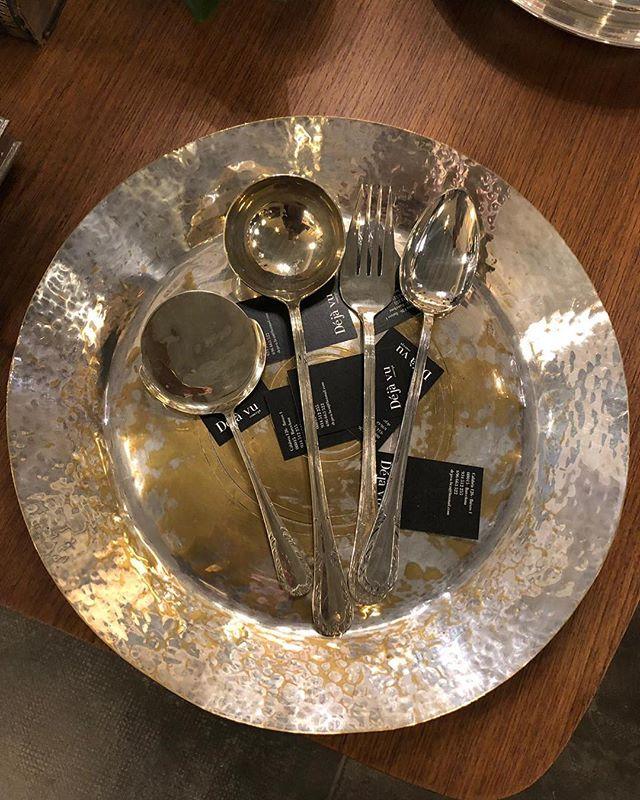 Comidas y cenas con cuberterías así serán otra historia ✨🍴💫✨ . . . #cuberterias #cuberteriasantiguas #mesas #mesasbonitas #mesasdecelebración #mesasdecoradas #mesasdejantar #mesasdenatal #barcelona #barcelonashops #restoredfurniture #muebles #restoredfurniture #tablesdecor #cutlery #cutleryset #vestirmesa