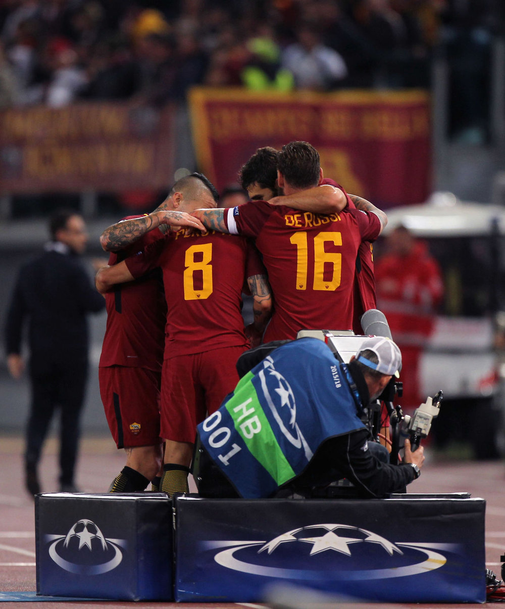 AS Roma players Nainggolan and De Rossi celebrate in UEFA Champions League