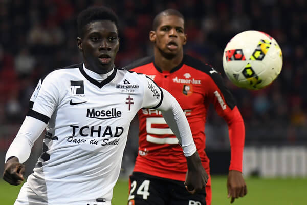 Metz's Senegalese midfielder Ismaila Sarr (L) vies with Rennes' French defender Ludovic Baal during the French L1 football match Rennes against Metz on October 30, 2016 at the Roazhon park stadium in Rennes, western France. / AFP / DAMIEN MEYER  (Oct. 29, 2016 - Source: AFP)