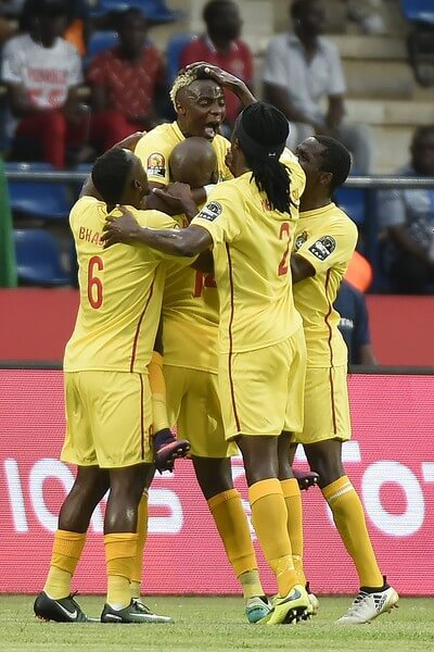 Zimbabwe's midfielder Kudakwashe Mahachi (C) celebrates with teammates after scoring a goal during the 2017 Africa Cup of Nations group B football match between Algeria and Zimbabwe in Franceville on January 15, 2017. / AFP / KHALED DESOUKI  (Jan. 14, 2017 - Source: AFP