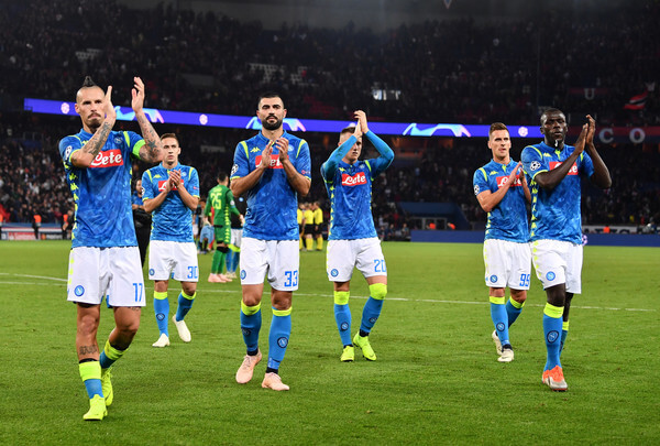 Players of Napoli applauds fans after the Group C match of the UEFA Champions League between Paris Saint-Germain and SSC Napoli at Parc des Princes on October 24, 2018 in Paris, France.  (Oct. 23, 2018 - Source: Justin Setterfield/Getty Images Europe)