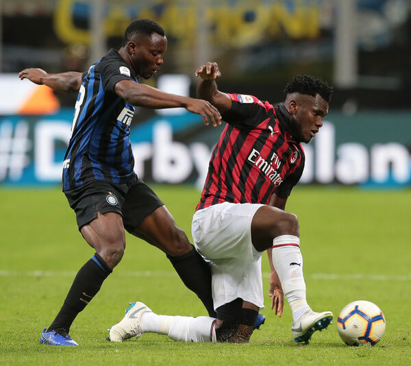Frank Kessie (R) of AC Milan is challenged by Kwadwo Asamoah of FC Internazionale during the Serie A match between FC Internazionale and AC Milan at Stadio Giuseppe Meazza on October 21, 2018 in Milan, Italy.  (Oct. 20, 2018 - Source: Emilio Andreoli/Getty Images Europe)