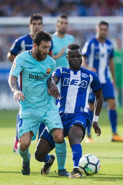 Wakaso Mubarak of Deportivo Alaves (R) being followed by Luka Modric of Real Madrid CF (L) during the La Liga match between Deportivo Alaves and Real Madrid CF at Estadio de Mendizorroza on October 6, 2018 in Vitoria-Gasteiz, Spain.  (Oct. 5, 2018 - Source: Getty Images Europe)