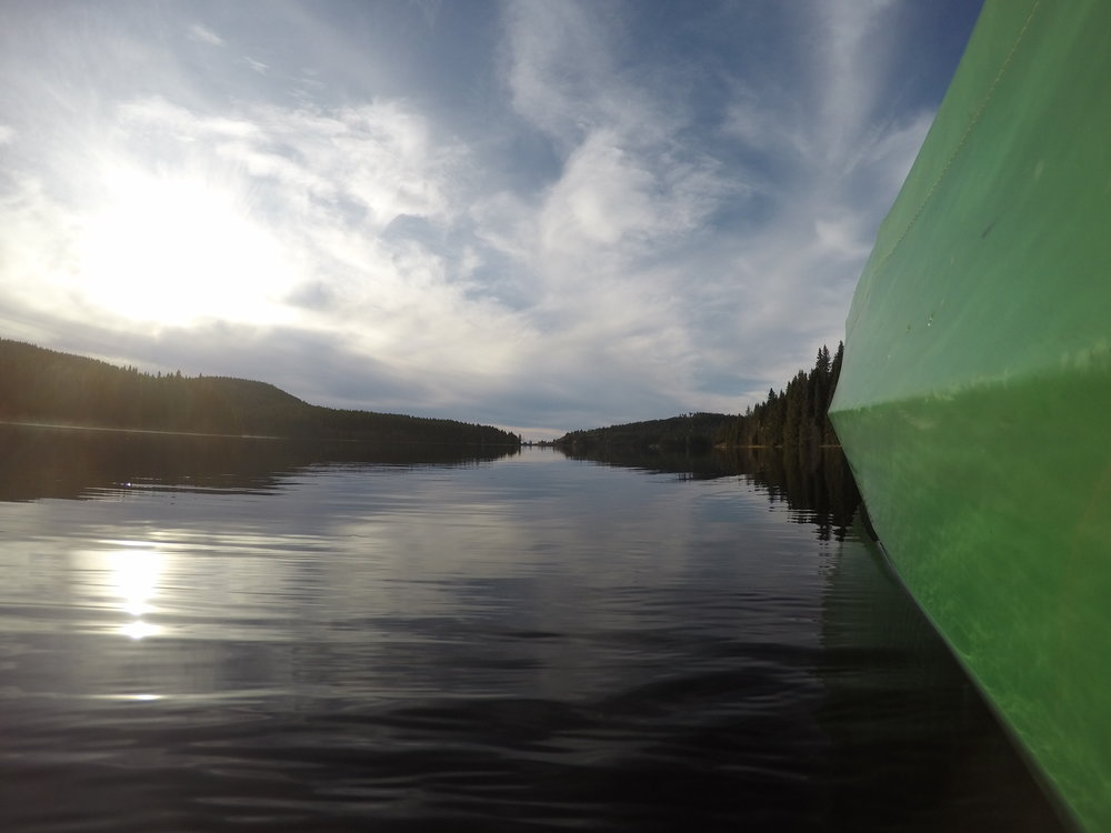 The sound of nothing but the paddle and the canoe gliding through the water. Østmarka is a hidden gem close to Oslo. (Photo: Oslo Outdoor)