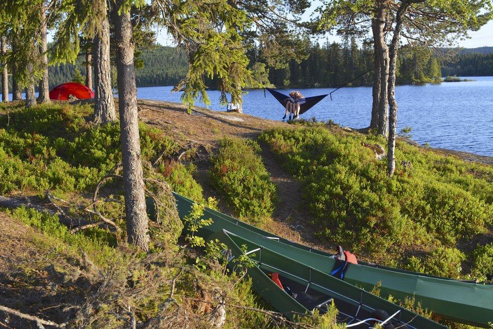 Camp med kano og barn i hengekøye.jpg