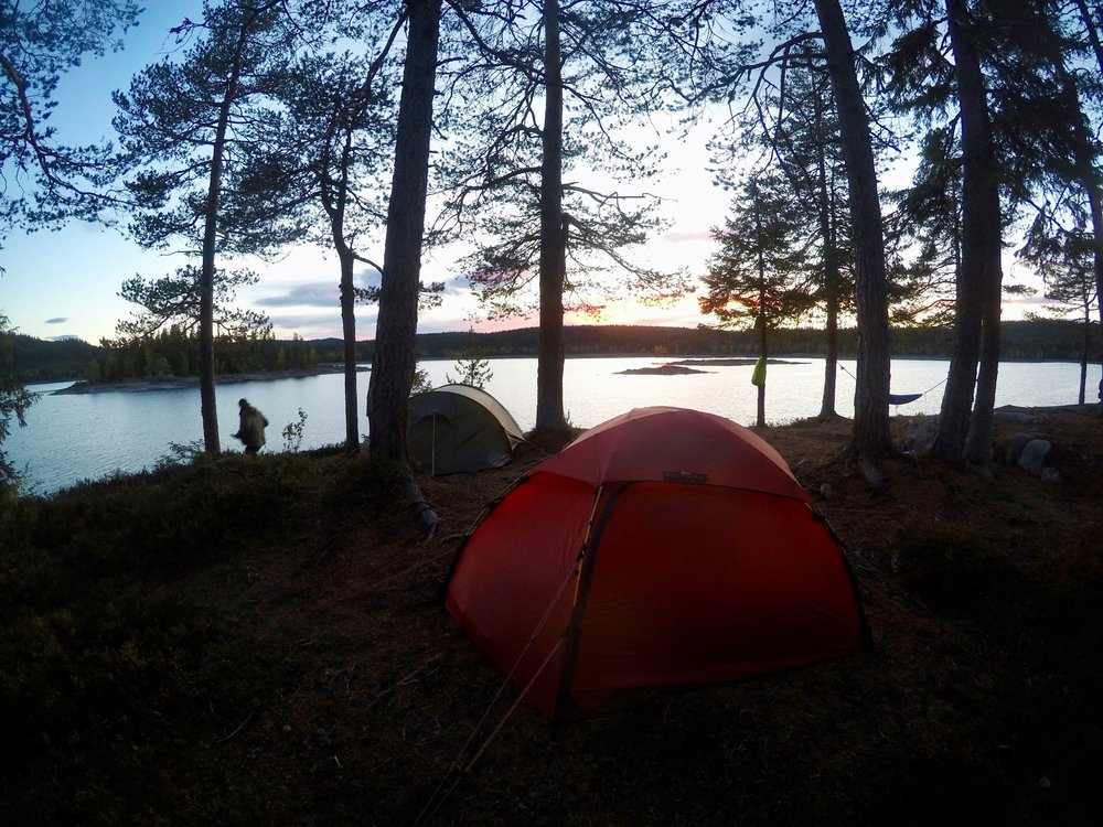 Camp by Lake Katnosa during hiking tour. Photo: Oslo Outdoor