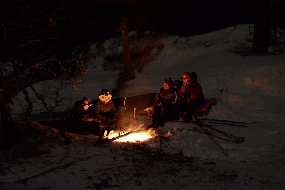 Gathering around the fire in the evening during a winter tour (Photo: Oslo Outdoor)
