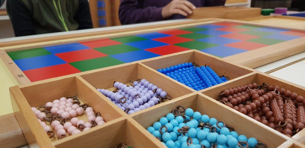 棋盤乘法   利用不同顏色區分的數量珠串,透過前一階段學習的九九乘法概念,將珠串放在不同的棋盤格,最後把格子內的珠珠總數相加,就會得出最後答案!藉此建立練習兩位數以上的乘法,為乘法直式運算暖身。