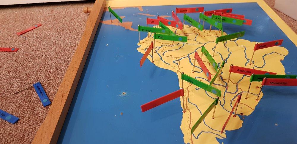 地理拼圖--國界山川河流,歡迎來挑戰!   先讓孩子們認識整個地球,然後是大陸板塊,接著才是他們所居住的國家以及城市。亞洲、歐洲、美洲、非洲、大洋洲,透過拼圖、著色、插旗、資料讀寫等工作,認識五大洲不同的地理區塊。
